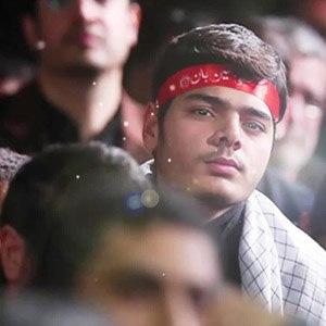 جوان انقلابی ایستاده است
